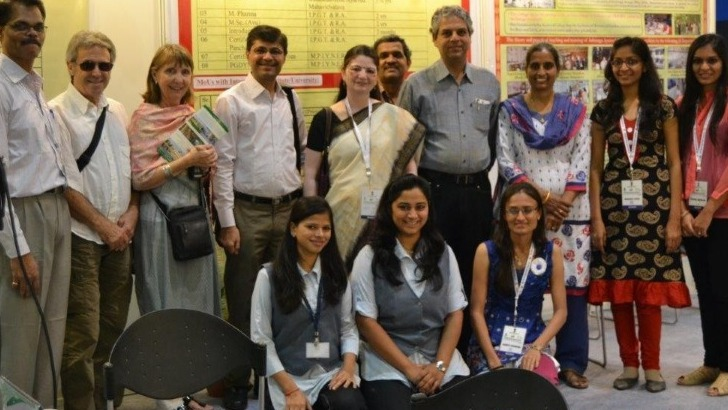 dr-kotecha-avec-une-partie-de-son-staff-lorsqu-etait-vice-president-de-gujarat-ayurveda-university-au-congres-international-de-ayurveda-a-new-delhi-2014