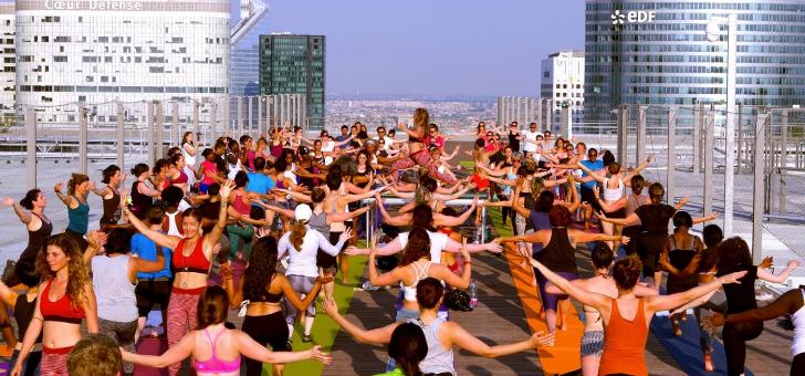21-juin-a-occasion-du-solstice-d-ete-plus-chanceux-ont-assiste-a-un-cours-de-yoga-geant-a-110-metres-de-hauteur-organise-collaboration-avec-tigre-yoga-club