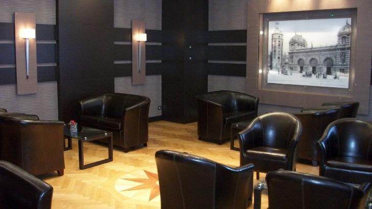 hotel-borel-detendre-boire-un-verre-tout-simplement-cotoyer-d-autres-residents-de-hotel-dans-un-salon-spacieux-et-confortable