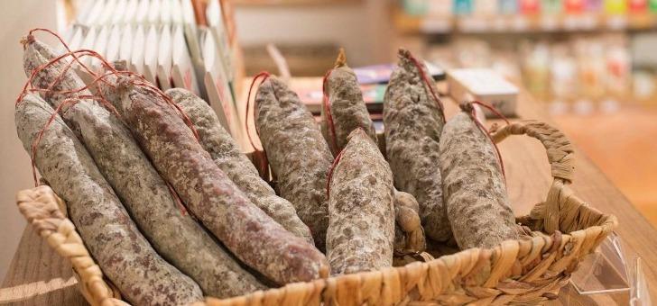 terra-bachus-a-paris-rayon-charcuterie-propose-savoureux-saucissons-des-hautes-alpes