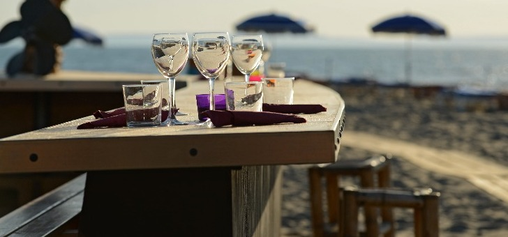table-avec-des-verres