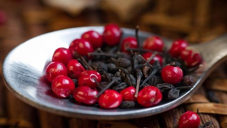 carolepiceline-baies-roses-et-fameux-poivre-sauvage-voatsiperifery-noir