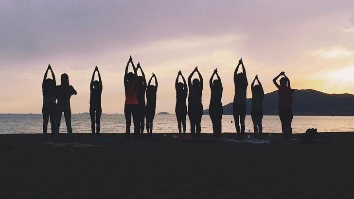 cors-alpha-cours-de-yoga-sur-plage-de-alta-rocca