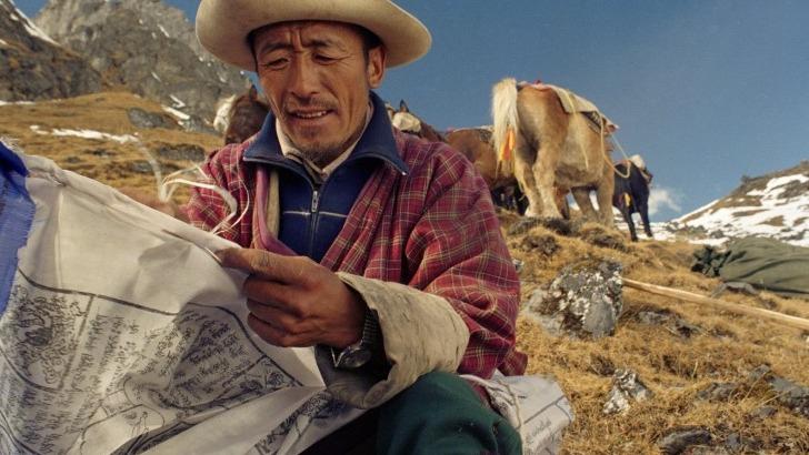 exquisite-bhutan-photo-d-un-villageois-exercant-son-activite-pastorale-dans-montagnes