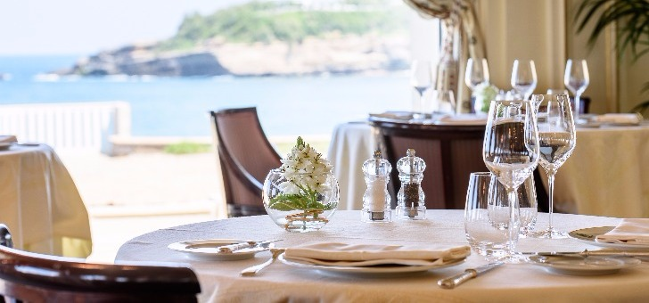 restaurant-villa-eugenie-a-hotel-du-palais-a-biarritz-situation-exceptionnelle-decoration-soignee-salle-a-manger-avec-vue-mer