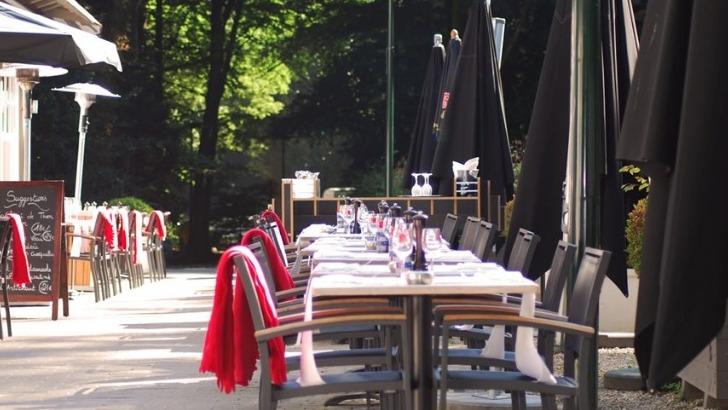 brasserie-de-patinoire-a-bruxelles-terrasse-preservee-dans-un-ecrin-de-nature