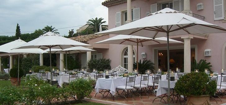 dejeuner-gourmand-sur-terrasse-du-restaurant-villa-rosiers-a-grimaud-situe-entre-saint-tropez-et-ramatuelle