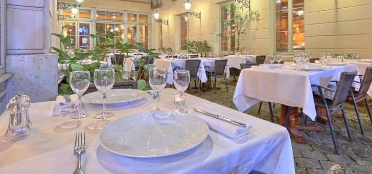restaurant-pavillon-colbert-a-versailles-face-au-chateau-dans-demeure-historique
