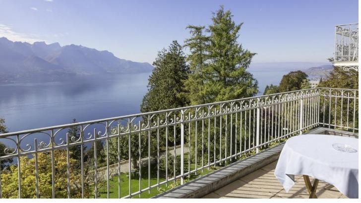 restaurant-victoria-a-glion-une-magnifique-terrasse-offre-une-vue-epoustouflante-sur-lac-leman