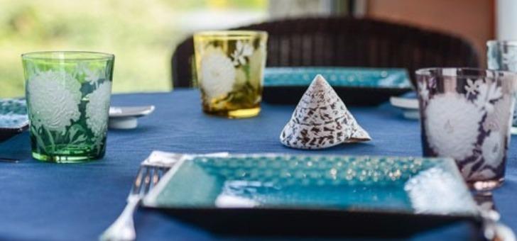 table-conviviale-face-a-ocean-au-restaurant-ar-men-du-a-nevez-dans-finistere-bretagne-au-menu-cuisine-gastronomique-avec-produit-d-exception-du-terroir