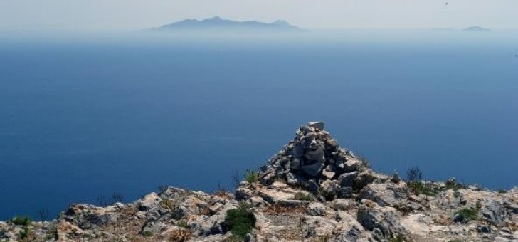 vue-sur-ile-d-anafi-plus-au-sud-de-archipel-des-cyclades