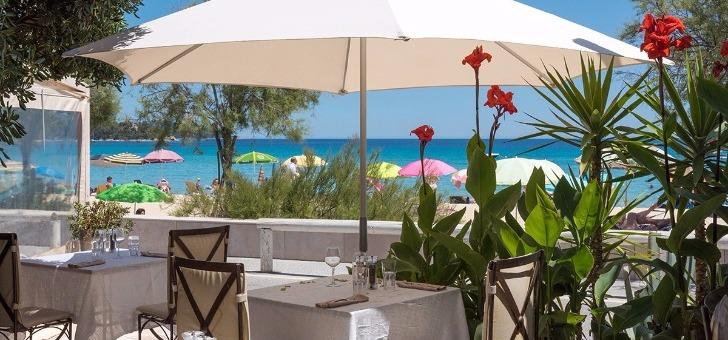 patio-du-restaurant-bistr-eau-ryon-au-lavandou-mer-soleil-et-cuisine-du-sud-assuree