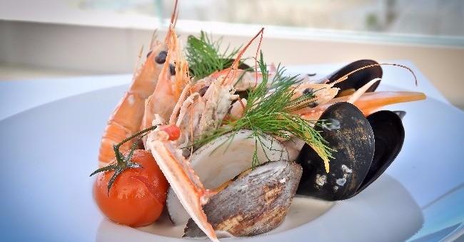 trouvant-a-proximite-mer-restaurant-grand-hotel-de-mer-a-biscarosse-invite-a-vivre-une-fusion-avec-nature-marine-et-propose-plusieurs-plats-a-base-de-fruits-de-mer-et-de-poissons