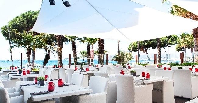 terrasse-du-jw-marriott-offre-vue-imprenable-mer-mediterranee-agitation-de-croisette