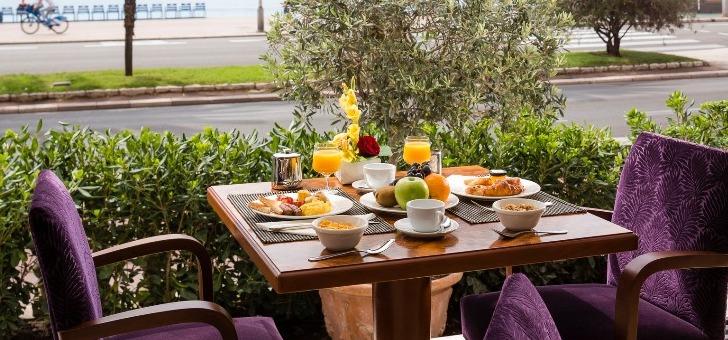 selon-souhait-clients-restaurant-duc-de-hotel-westminster-vitre-peut-etre-ouverte-impregner-totalement-ambiance-promenade-des-anglais
