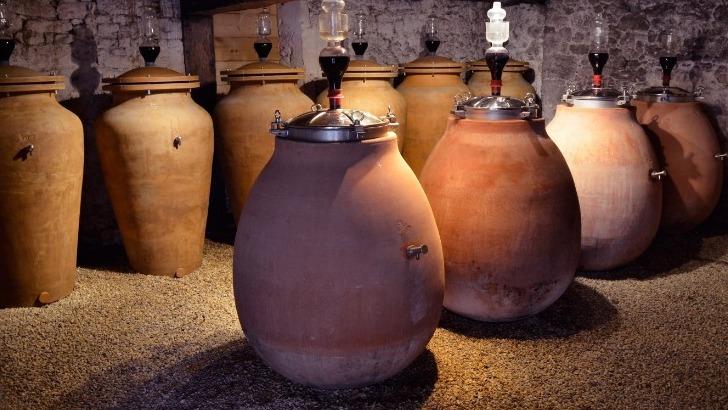 chateau-pre-lande-elevage-dans-des-cuves-terre-cuite-permet-une-oxydation-moderee-des-vins