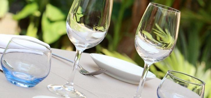 terrasse-table-restaurant-terre-mer-a-auray-dans-le-morbihan-recompense-d-une-etoile-au-guide-michelin