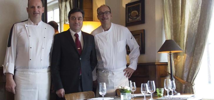 thierry-et-christophe-lacanne-deux-chefs-cuisiniers-entourent-maitre-d-hotel-manuel-cachinho-present-depuis-pres-de-30-ans