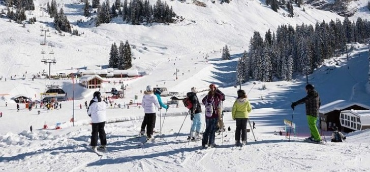 skieurs-prets-a-devaler-piste