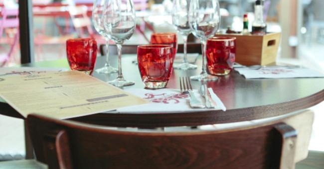 table-ambiance-du-sud-soleil-et-platane-restaurant-pergola-a-toulouse