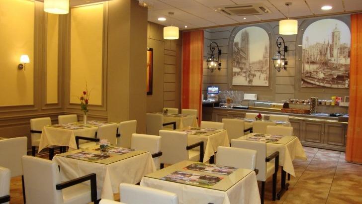 hotel-borel-un-petit-dejeuner-buffet-seconde-salle-baptisee-corsaire-ne-serait-pas-de-refus