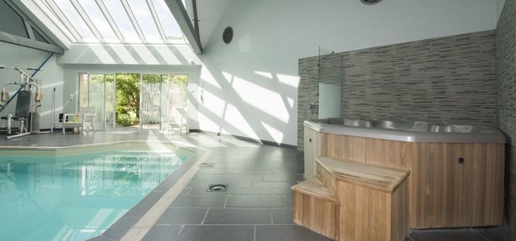 piscine-interieure-et-bain-a-remous