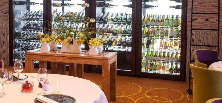 cave-a-vins-illumine-restaurant-park-45-joyau-gastronomique-du-grand-hotel-de-cannes