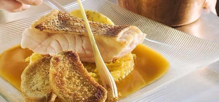 saumon-bio-le-borvo-poulpe-et-truite-fumee-aux-agrumes-un-plat-signature-du-restaurant-la-grange-aux-dimes-a-wissous