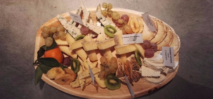 un-plateau-de-fruit-et-de-fromage-servi-a-retirer-au-restaurant-traiteur-xavier-gourmet-au-puy-velay