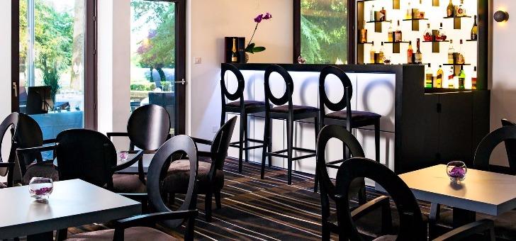 salle-du-restaurant-et-bar-du-restaurant-du-chateau-de-tour-a-beguey