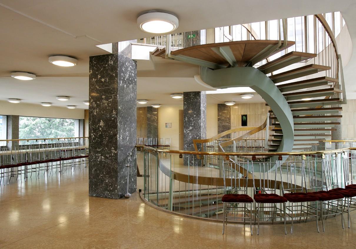 structure-dispose-egalement-de-grands-halls-et-mezzanines
