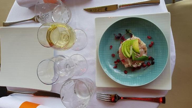 restaurant-u-a-paris-a-croisee-des-saveurs-francaises-et-thailandaises-ici-une-table-raffinee-alliant-elegance-et-simplicite