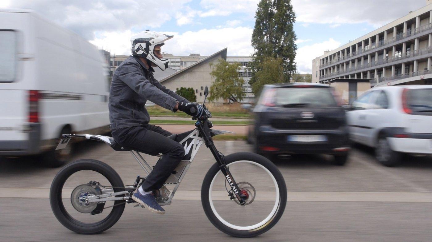 moto-autorisee-sur-route-mais-aussi-une-veritable