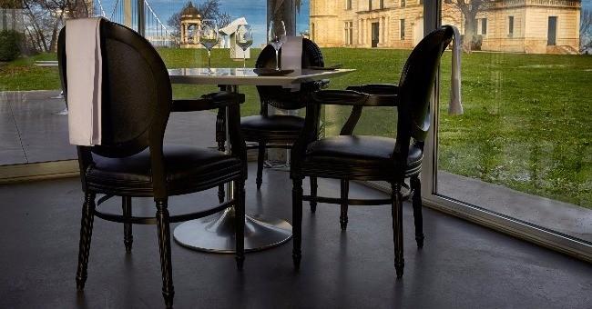 detail-plus-frappant-veranda-vitree-donne-impression-d-etre-a-fois-a-interieur-et-a-exterieur
