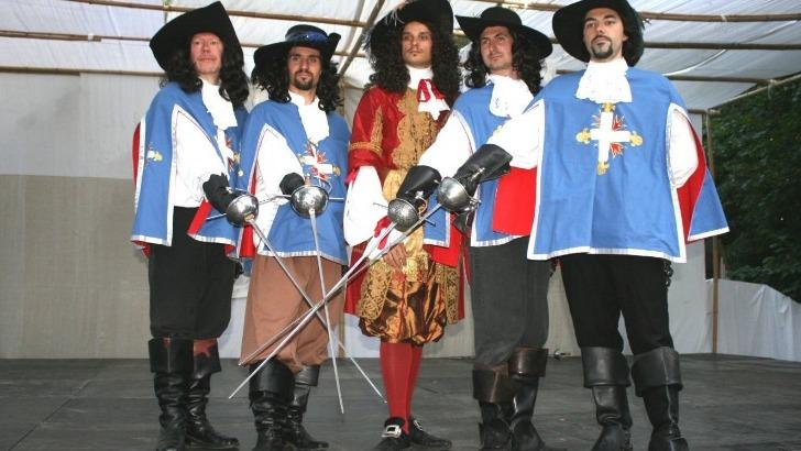 d-artagnan-fut-immortalise-par-romans-d-alexandre-dumas-aux-cotes-d-athos-porthos-et-aramis-tous-pour-un-un-pour-tous