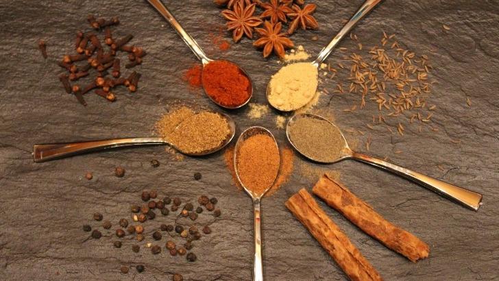 ayurveda-a-recours-a-usage-des-epices-digestives-a-des-fins-culinaires-mais-aussi-pour-reequilibrer-feu-digestif-agni-sanskrit-enzymes-digestifs