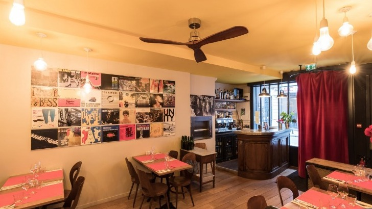 table-du-bal-accueille-public-pour-diner-avant-apres-concerts-dans-une-authentique-maison-du-village-de-vaugirard-construite-1802-cadre-d-origine-du-bal-blomet