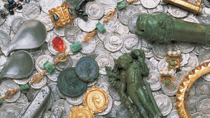tresor-d-eauze-des-tresors-insoupconnes-constitues-de-pieces-de-monnaie-des-objets-precieux-des-bijoux-ornes-d-or-et-de-pierres-rares-gardes-intacts