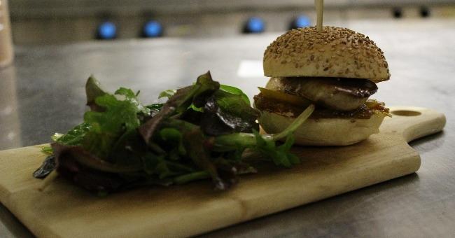 burger-maison-et-sa-planche-produit-authentique-de-qualite-pour-restaurant-estanquet-a-montauban