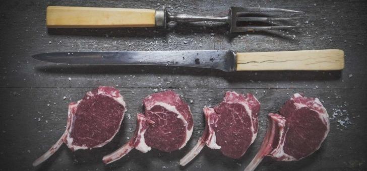 tous-jours-notre-maitre-boucher-prepare-viande-sous-vos-yeux