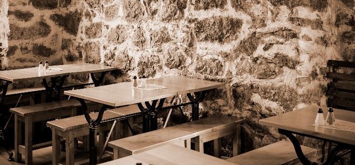 salle-a-manger-du-restaurant-chez-pipo-une-icone-historique-de-gastronomie-a-nice