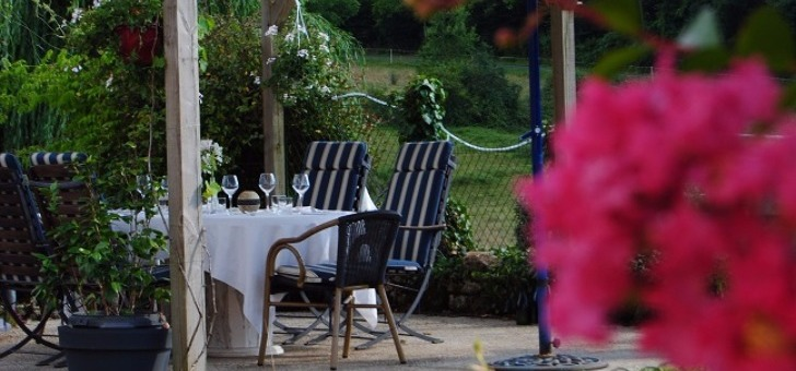 terrasse-table-jardin-restaurant-auberge-source-de-peyssou-a-saint-avit-senieur