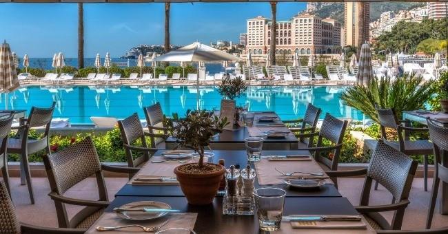 ambiance-est-decontractee-restaurant-longe-legendaire-piscine-olympique-monte-carlo-beach