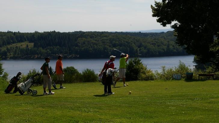 famille-entre-amis-joies-du-golf-terrain-neuvic