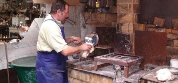 atelier-du-cuivre-a-villedieu-poeles-dans-atelier-de-fabrication