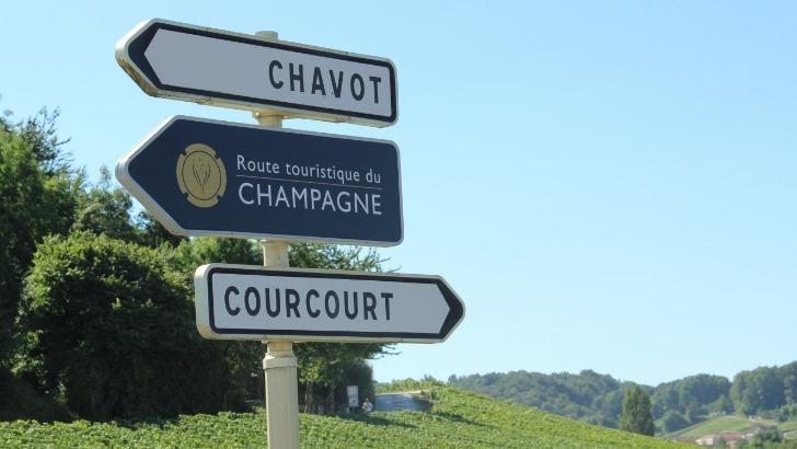 route-touristique-du-champagne-propose-a-ses-visiteurs-pres-de-400-kilometres-de-trajets-dedies-a-art-complexe-du-mariage-des-cepages-des-cuvees-offrant-une-infinie-variete-de-gouts-r-kiezer-coll-adt-marne