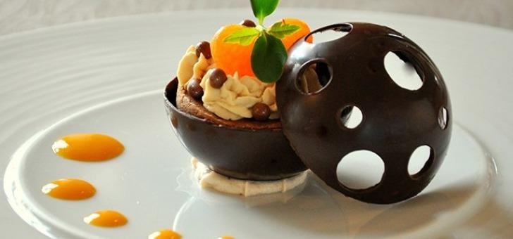 une-cuisine-creative-produit-est-mis-valeur-au-restaurant-de-hotel-moulin-de-chalons-a-gua