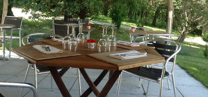 terrasse-du-restaurant-pierre-blanche-a-sauvetat-sur-lede