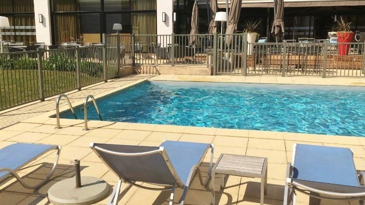 hotel-mercure-clemenceau-sentez-ailleurs-avec-air-de-vacances-inspire-par-jardin-et-piscine-chauffee