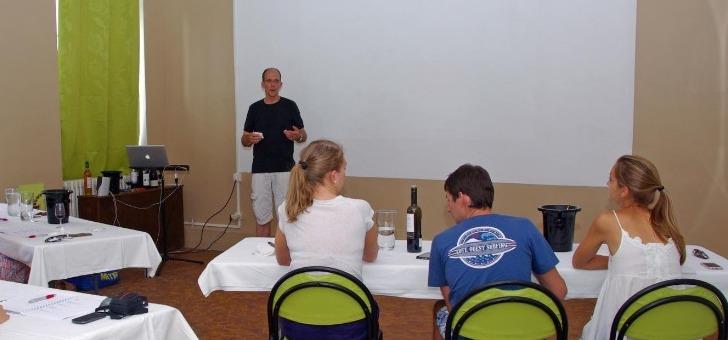 chateau-de-peyralade-propose-des-ateliers-oenologiques-permettant-de-connaitre-notamment-histoire-du-vin-general-et-des-grands-crus-du-roussillon-particulier